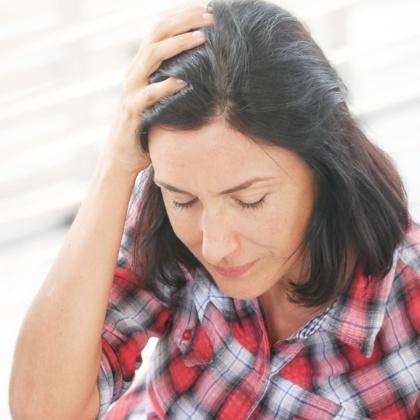Una dona de mitjana edat fa un gest de cansament